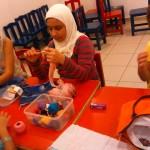 شاهد صور لنشاط تعليم أشغال الإبرة للأطفال